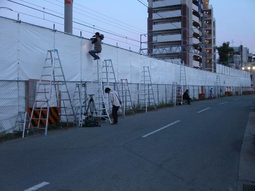 JR宝塚線脱線事故 一ヶ月目を狙う取材陣 脚立を立てて覗く