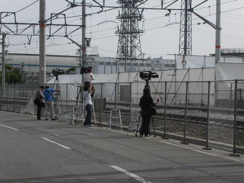 JR宝塚線 試運転二日目朝207系を待つマスコミ取材陣